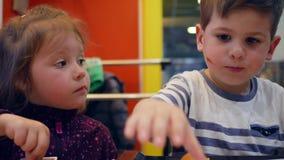 Дети Active и потехи играют с едой в кафе фаст-фуда, wipes мальчика его сторона с салфеткой, симпатичном брате и сестре видеоматериал