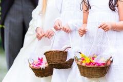 Дети bridesmaids свадьбы с корзиной цветка Стоковые Изображения