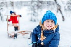 Дети outdoors на зиме стоковая фотография rf