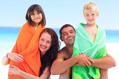 дети parents их полотенца стоковые изображения rf