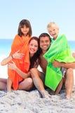 дети parents их полотенца стоковое фото