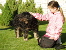Дети petting собака Стоковая Фотография RF