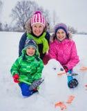 Дети plaing в снеге Стоковые Изображения