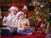 Дети Wo с фонариками под рождественской елкой Стоковая Фотография