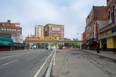 ДЕТРОЙТ, МИЧИГАН, СОЕДИНЕННЫЕ ШТАТЫ - 22-ое мая 2018: Движенец людей Detoit пересекает улицу в Greektown Повышенное стоковое фото