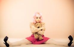 Детская женщина с игрушкой плюшевого медвежонка Стоковая Фотография RF