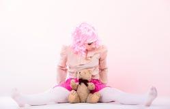 Детская женщина с игрушкой плюшевого медвежонка Стоковые Изображения