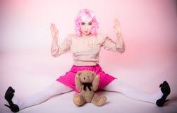 Детская женщина с игрушкой плюшевого медвежонка Стоковые Фотографии RF