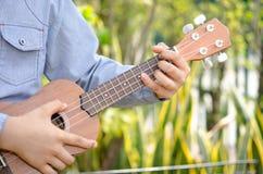 Детская игра гавайская гитара Стоковое фото RF