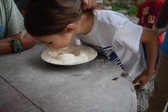 Детские игры выручают приз в шаре муки Стоковые Фото