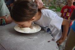 Детские игры выручают приз в шаре муки Стоковая Фотография RF
