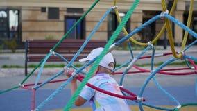 Детские игры в спортивной площадке, идут вниз с лестниц Активные внешние спорт акции видеоматериалы