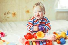 Детские игры на кровати стоковые изображения