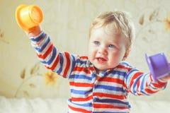Детские игры на кровати стоковая фотография rf
