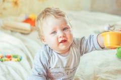 Детские игры на кровати стоковые фотографии rf
