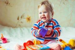 Детские игры на кровати стоковое фото