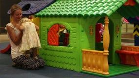Детские игры с матерью на красочном доме игрушки акции видеоматериалы