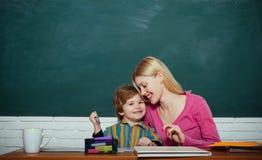 Детский сад и развитие школы Уход за детьми и превращаться Preschool подготовка Мальчик ребенк и женщина учителя стоковые фото