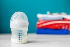 Детское питание в пластичной бутылке Концепция новорождённых, материнство, забота, образ жизни Стоковые Фото