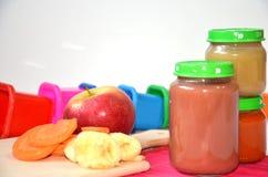 Детское питание, плодоовощ младенца помятый в стеклянном опарнике, отрезало куски моркови, яблоко, банан Стоковая Фотография RF