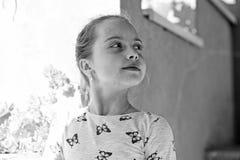 Детство и свежесть Маленькая девочка с молодой кожей на весна или летний день Ребенок с милой стороной внешней Ребенк красоты стоковые изображения