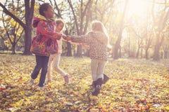 детство счастливое Дети на парке Стоковое Изображение