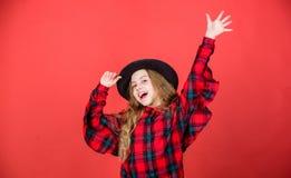детство счастливое Концепция моды детей Заканчивайте связь мой стиль моды Тенденция моды Как стильно i в этой шляпе девушка стоковая фотография rf