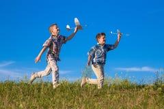 2 дет бегут с его самолетами на зеленом поле Стоковое Изображение RF