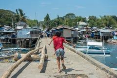 2 дет бежать прочь на пристани Стоковые Фотографии RF