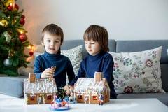 2 дет, братья мальчика, играя с домами пряника Стоковая Фотография RF