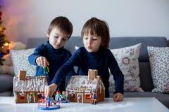 2 дет, братья мальчика, играя с домами пряника Стоковое Фото