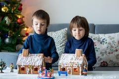 2 дет, братья мальчика, играя с домами пряника Стоковые Изображения