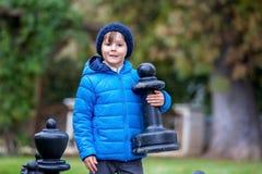 2 дет, братья мальчика, играя шахмат с огромными диаграммами в t Стоковое Изображение