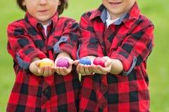 2 дет, братья мальчика, имеющ потеху с пасхальными яйцами в p Стоковая Фотография RF