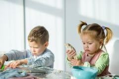 2 дет варят что-то от теста Стоковое Изображение