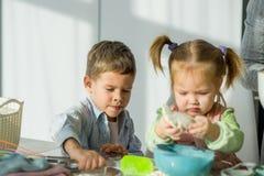 2 дет варят что-то от теста Стоковое фото RF