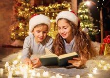2 дет в комнате украшенной с украшениями рождества Стоковое Изображение RF