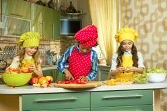 3 дет в кухне Стоковое Изображение RF