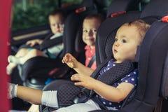 3 дет в месте ловителя кабины лифта Стоковые Изображения