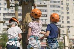 3 дет в скелете и шлемы в веревочке паркуют стоковая фотография rf