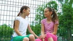 2 дет говоря секреты и смеясь над в парке, outdoors Стоковые Изображения
