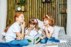 3 дет думают о что написано в книге Conc Стоковое Изображение