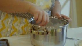 2 дет замешивая тесто для делают печенья совместно Стоковые Изображения RF