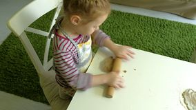 2 дет замешивая тесто для делают печенья совместно Стоковые Фото