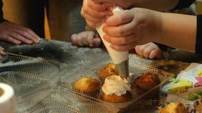 2 дет замешивая тесто для делают печенья совместно Стоковое фото RF