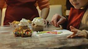 2 дет замешивая тесто для делают печенья совместно Стоковое Фото