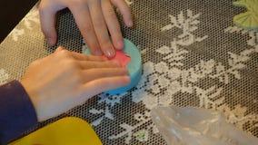 2 дет замешивая тесто для делают печенья совместно Стоковые Изображения