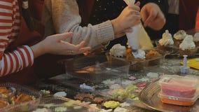 2 дет замешивая тесто для делают печенья совместно Стоковые Фотографии RF