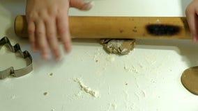 2 дет замешивая тесто для делают печенья совместно Стоковое Изображение RF