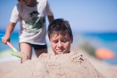 2 дет играя в песке пляжа Стоковое Изображение RF